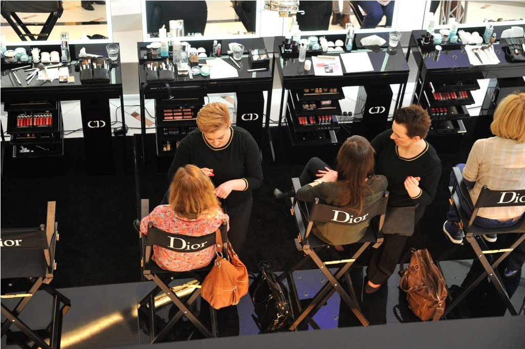 Makijażyści Dior pokazują, w jaki sposób dzięki technikom i produktom stosowanym za kulisami największych pokazów mody, stworzyć szybki, łatwy, a tym samym idealny i prawdziwie profesjonalny makijaż